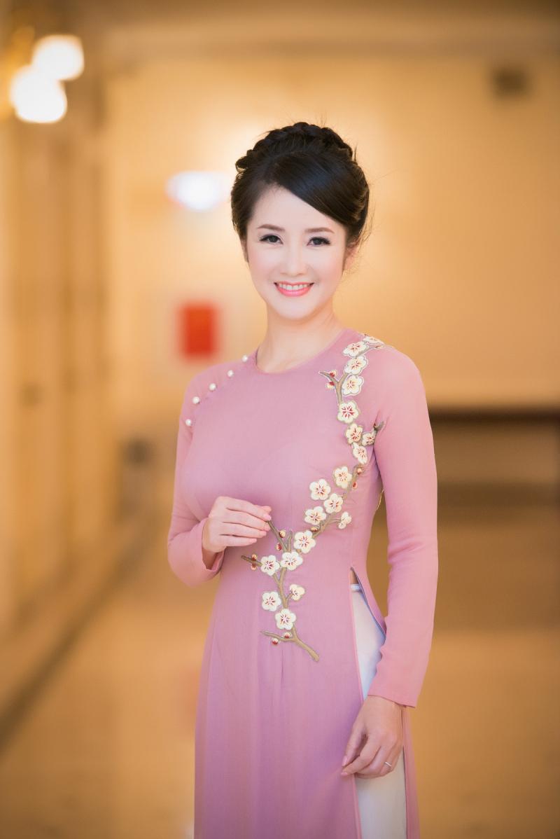 Ca sĩ Hồng Nhung với trang phục áo dài