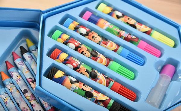 Mẹ hãy cho bé giấy và bút màu để vẽ bầu trời, cỏ, hoặc bất cứ điều gì bé yêu thích