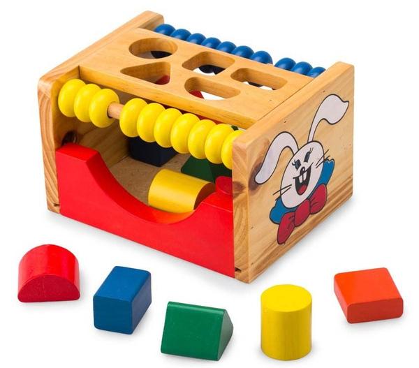 Đồ chơi xếp hình giúp trẻ phân loại các khối hình và màu sắc khác nhau