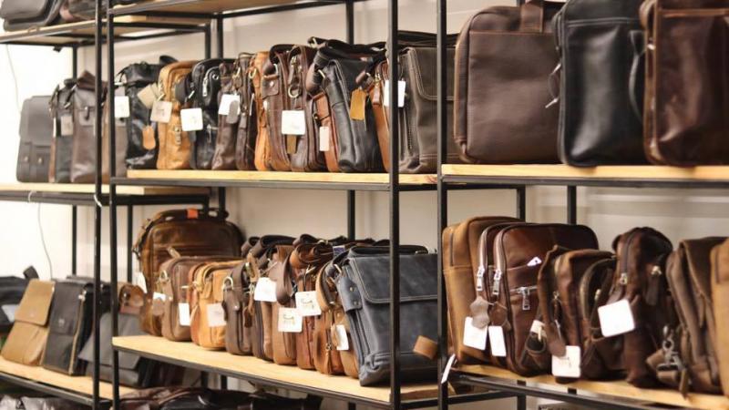 Những chiếc Túi da nam, cặp da tại Đồ da Lano được sản xuất tỉ mỉ từ nguyên liệu da thuộc 100%