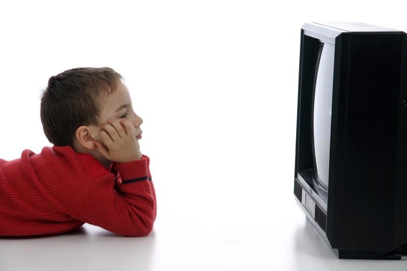 Cho trẻ xem tivi từ sớm trẻ dễ bị cận thị và ảnh hưởng tới trí tưởng tượng