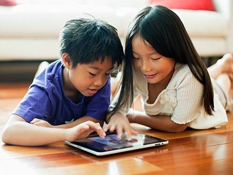 Cha mẹ dỗ trẻ bằng cách cho sử dụng ipad là một cách sai lầm