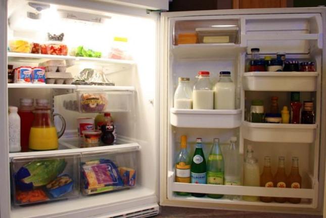 Đổ sữa uống dở vào hộp cất tủ lạnh