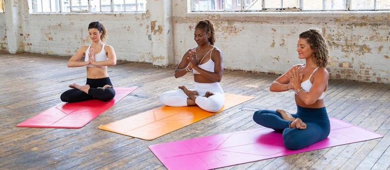 Bộ sưu tập thảm yoga Liforme Expressions - Phiên bản đặc biệt gồm 3 mẫu: Love - màu Đỏ tình yêu, Gratitude - màu Hồng tươi sáng & Happiness - màu Cam sống động.