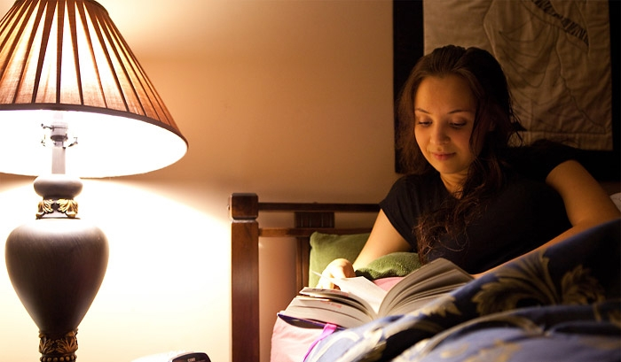 Đọc sách giúp bạn có thể nhanh chóng chìm sâu vào giấc ngủ, giải tỏa mọi căng thẳng, mệt mỏi