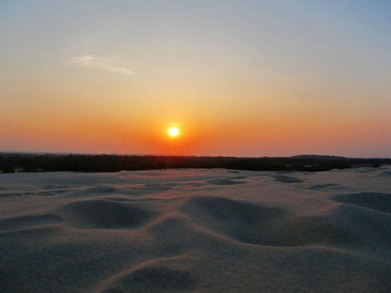 Hoàng hôn trên đồi cát vàng Nhĩ Hạ