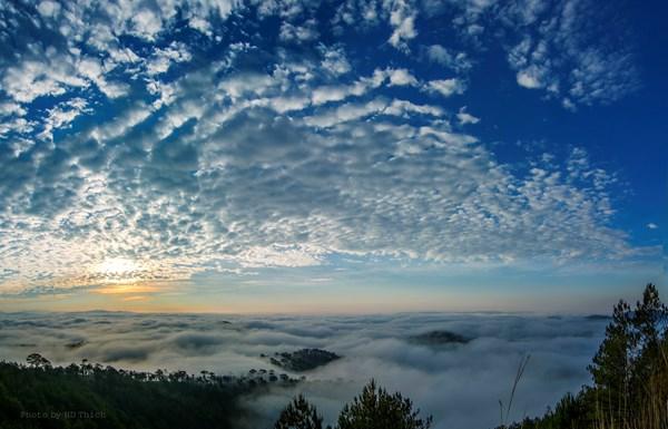 Cảnh mây lúc bình minh tại đồi Du Sinh