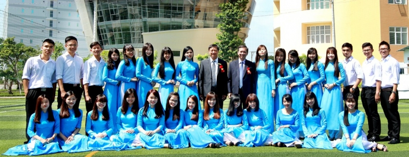 Phó giám đốc Đào Minh Tú chụp hình với sinh viên nhân ngày khai giảng.