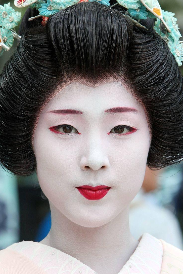 Ngày nay các Geisha đội tóc giả để thuận tiện hơn trong những bước trang điểm
