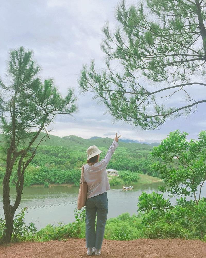 Nếu đang tìm kiếm một nơi để chiêm ngưỡng toàn cảnh thành phố từ trên cao, bạn hãy đến Đồi Vọng Cảnh.