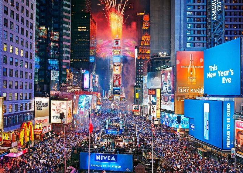 Mọi người sẽ cùng đi ra khắp các đường phố và nhảy múa chúc mừng năm mới cả đêm.