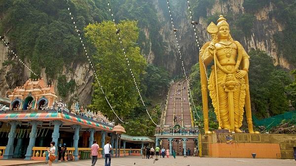 Tượng thần Murugan hùng vĩ nổi bật bên ngoài động Batu