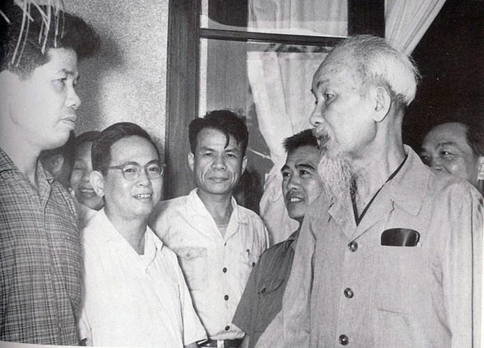 Bác Hồ với các đại biểu dự hội nghị Ban Chấp hành Trung ương lần thứ 16, khóa II. (Đồng chí Đỗ Mười đứng thứ nhất, từ trái sang).
