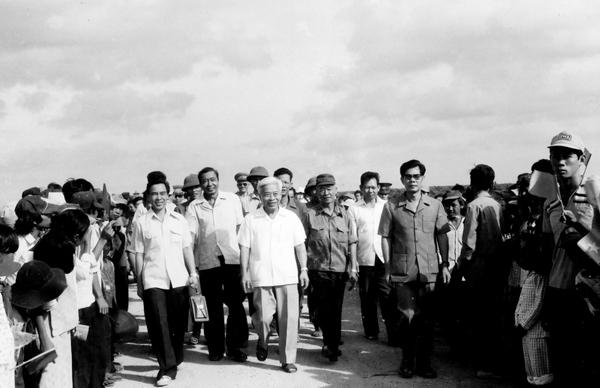 Đồng chí Phạm Hùng, Phó Chủ tịch Hội đồng Bộ trưởng và đồng chí Phan Văn Khải, Chủ tịch Ủy ban nhân dân Thành phố Hồ Chí Minh tham dự Lễ khánh thánh tuyến đường Nhà Bè – Duyên Hải, ngày 28 tháng 4 năm 1985 - Ảnh: Internet