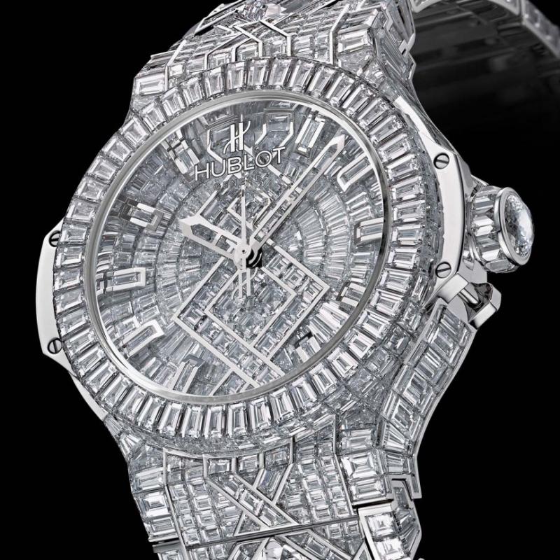 Kiệt tác này có tới 1.282 viên kim cương có trọng lượng mỗi viên hơn 3 carat.