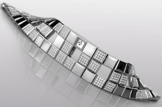 Joaillerie 101 Manchette có tổng cộng 576 viên kim cương được lựa chọn kĩ lưỡng để đính lên thân chiếc đồng hồ này.