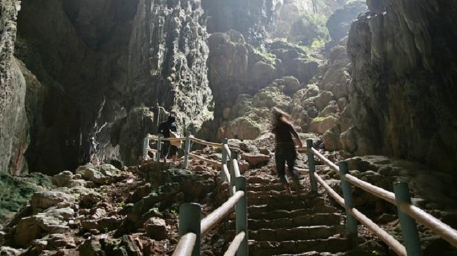 Hang Thiên và hang Địa có cùng chung một cửa chính rộng khoảng 5m và diện tích cả hai gần 600 mét vuông