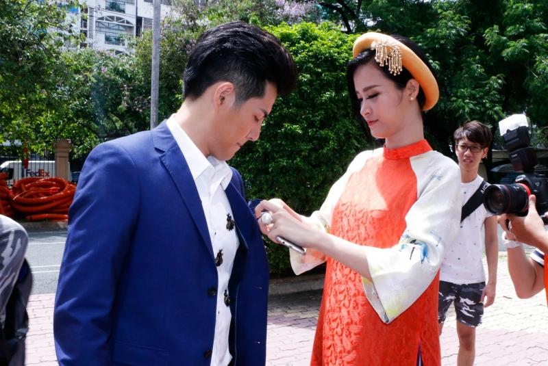 Đông Nhi bên Ông Cao Thắng trong chương trình The Voice Kids