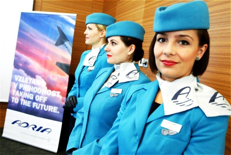 Khăn quàng cổ trắng và mũ, áo màu xanh trời của hãng Adria trông chuyên nghiệp  và cuốn hút