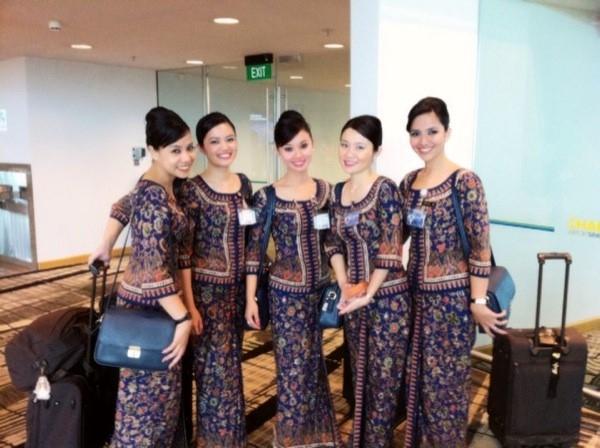 Những cô nàng tiếp viên hàng không yêu kiều trong bộ đồng phục