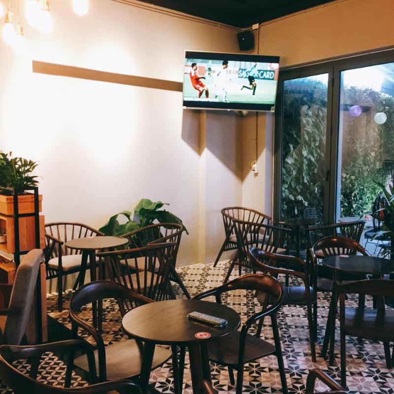 Các bạn sinh viên chọn cho mình một góc để học tại Đồng Tâm bread & coffee