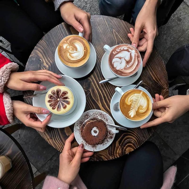 Đồ uống được trang trí đẹp mắt tại Drew Coffee