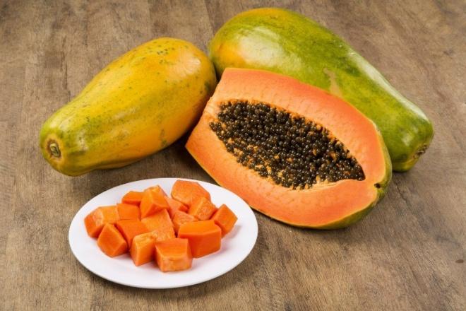 đu đủ có hàm lượng vitamin A cực dồi dào, vitamin A rất có ích cho quá trình làm đẹp như trị nám da, loại bỏ các tế bào da chết đồng thời ngăn ngừa quá trình lão hóa. da.