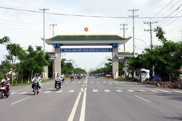 Các bạn có thể di chuyển đến Châu Đốc bằng xe khách hoặc xe máy