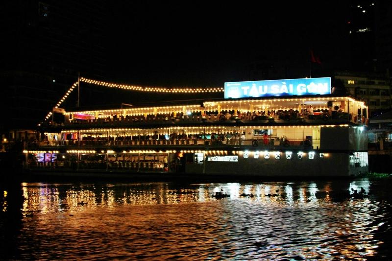 Du ngoạn trên tàu Sài Gòn vào buổi tối
