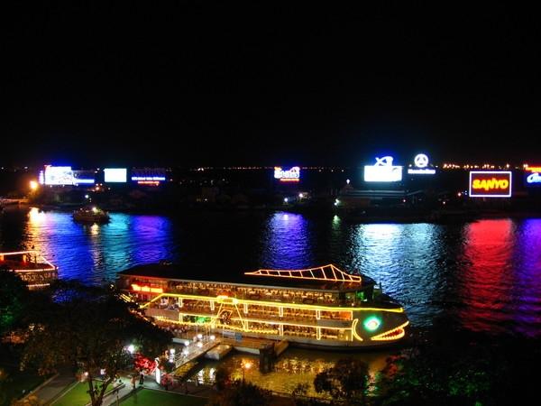 Du ngoạn trên tàu Sài Gòn cho buổi tối Valentine thêm lãng mạn