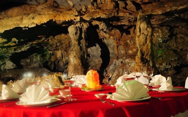 Bữa ăn được phục vụ trong hang động