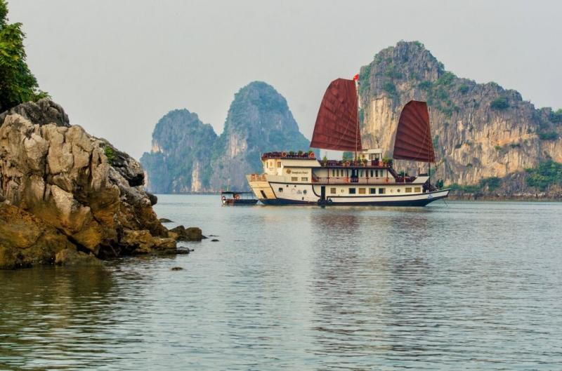 Du thuyền Dragon Pearl chụp từ xa