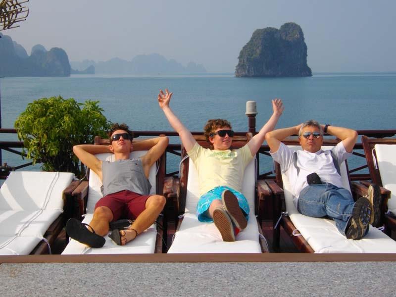 Tắm nắng là hoạt động được nhiều du khách phương tây yêu thích