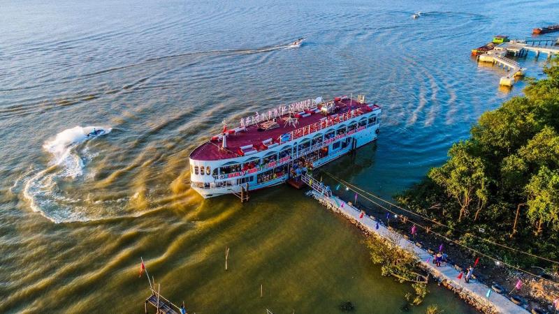 Du thuyền trên sông Lam