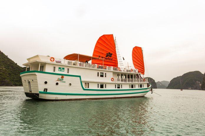 Du thuyền trên vịnh
