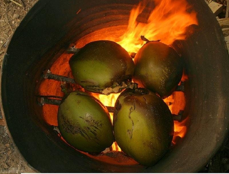 Những quả dừa sẽ được cho lên nướng ở bếp than