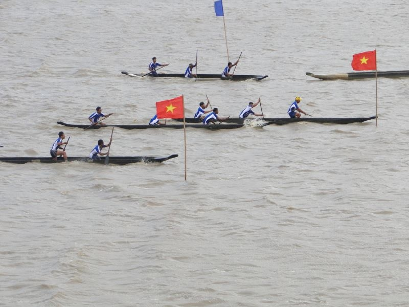 Đua thuyền độc mộc trên hồ Lắk