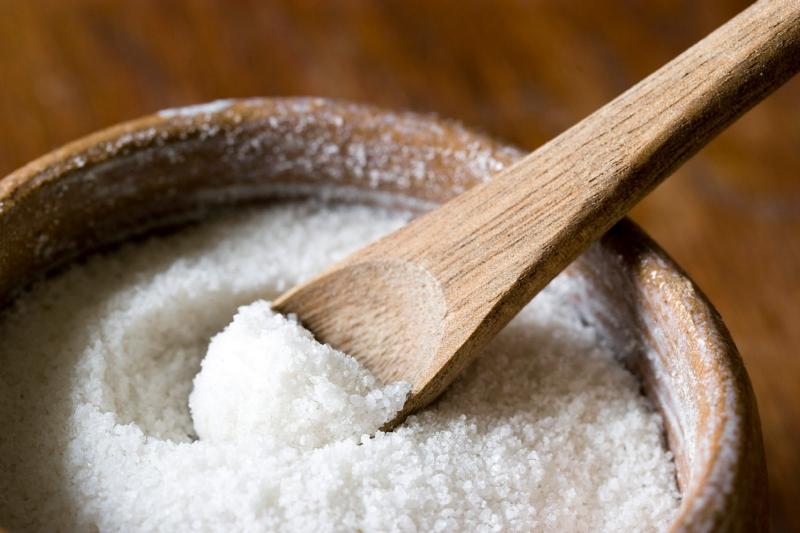 Muối có công dụng lấy lại độ trắng bóng tự nhiên cho răng.