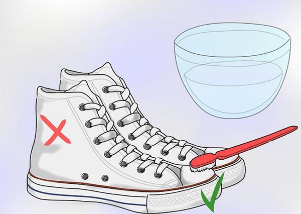 Dùng bàn chải đánh răng để giặt giày