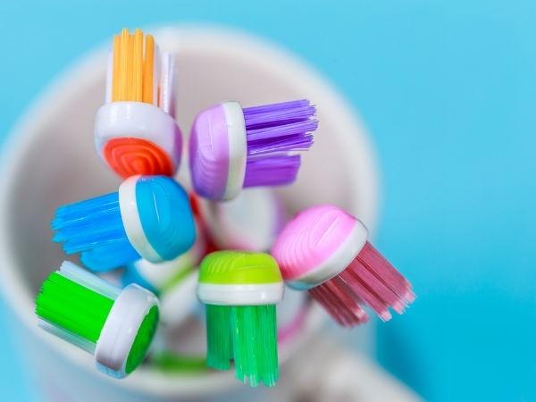Dùng bàn chải đánh răng để vệ sinh màng loa tai nghe