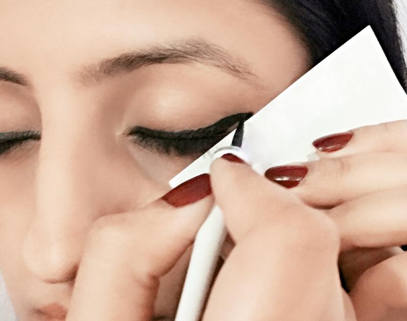 Dùng bìa giấy kẻ mắt nước