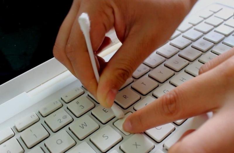 Dùng tăm bông để lau bàn phím máy tính