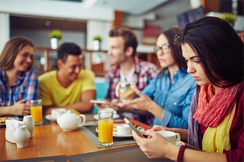 Đừng chăm chăm nhìn vào điện thoại khi ăn