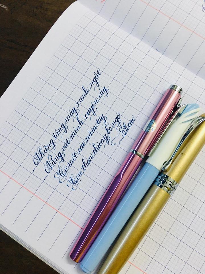 Bạn nên chọn cho trẻ những cây bút vừa tay, nhẹ để trẻ có thể dễ dàng đưa bút lên, hạ bút xuống.