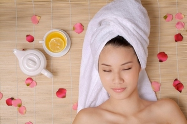 Dùn dầu dừa để dưỡng tóc giúp tóc không bị khô sơ