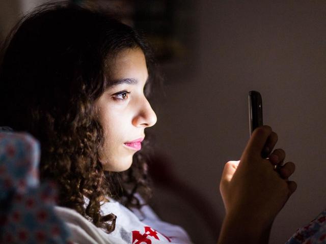 Đừng để điện thoại trên giường khi đi ngủ