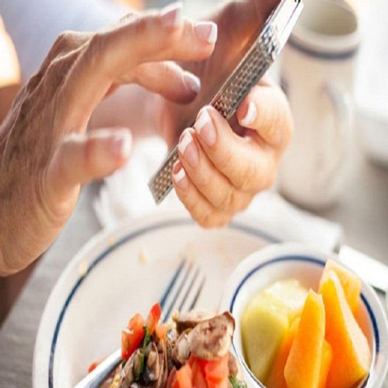 Không nên dùng điện thoại khi ăn