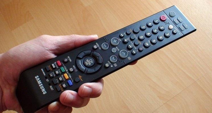 Dùng điều khiển tivi cũng là 1 cách