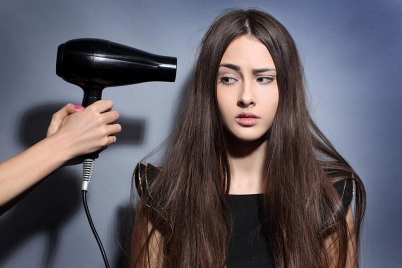 Việc sử dụng máy sấy quá thường xuyên dễ gây ra tình trạng tóc thô ráp, chẻ ngọn và yếu hơn so với tóc bình thường