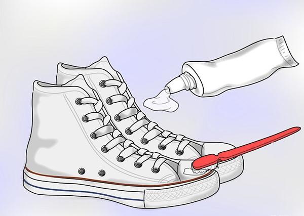 Dùng kem đánh răng làm trắng giày